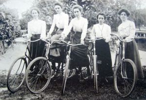 for more on what women wore to cycle in this pêriod, look at the exceptionally interesting Bikes and Bloomers website